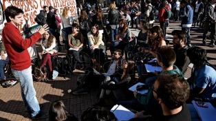 Con clases públicas, docentes universitarios reclaman aumento salarial en Plaza de Mayo