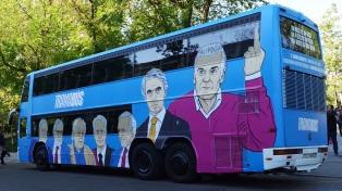 """Podemos irrita a sus oponentes con un ómnibus con las caras de la """"trama"""" corrupta"""