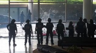 La policía reprime a indígenas con gases frente al Congreso