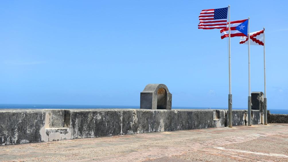 Las banderas de Estados Unidos, Puerto Rico y las Aspas de Borgoña de España flamean en el Castillo de San Felipe del Morro
