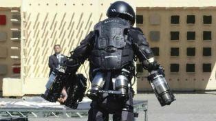 El creador de un traje volador estilo Iron Man mostró que su invento funciona