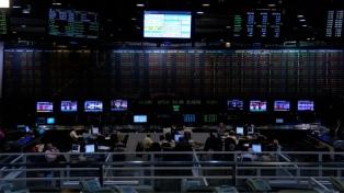 Los bonos cayeron más de 13% y el riesgo país cedió 2,5% hasta los 3.617 puntos básicos