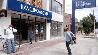 Multan al Banco Patagonia por cobros indebidos a beneficiarios de planes sociales