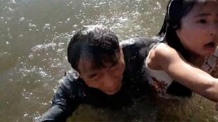 El momento en que un lobo marino arrastra a una niña al mar es tendencia en YouTube
