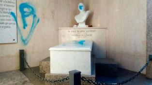Masivo repudio del arco político a las pintadas en el mausoleo de Alfonsín