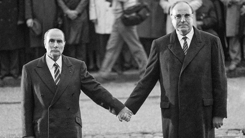Helmut Kohl (derecha) junto al entonces presidente de Francia, Francois Miterrand.