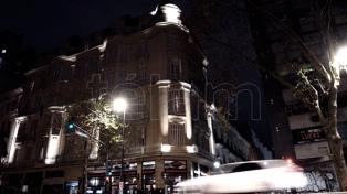 Restauran e iluminan las fachadas de doce edificios centenarios de la Avenida de Mayo