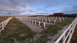 Firman instrumentos para buscar e identificar tumbas de guerra en las Malvinas