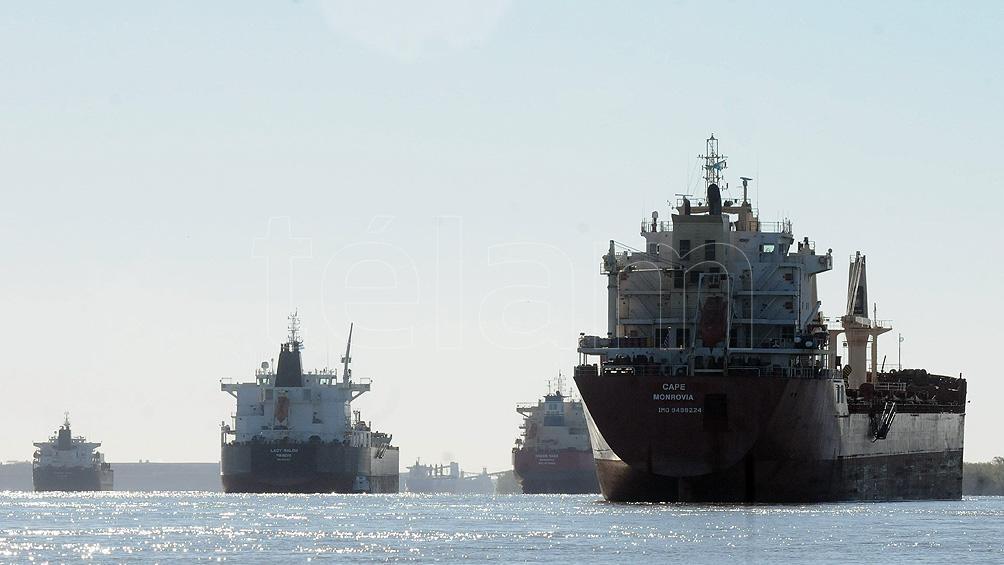 Un centenar de barcos aguardan el fin del conflicto, fondeados en el río Paraná.