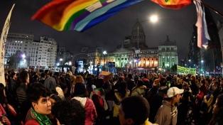Acción fugaz de militantes LGBTTIQ para convocar a la Marcha del Orgullo