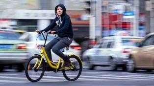 """""""Cuesta poco y es muy conveniente"""", dice Tony, usuario del sistema de bicicletas rentadas en Beijing"""
