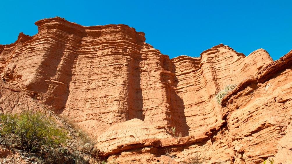 Las altas paredes serranas hacen recordar a Talampaya.