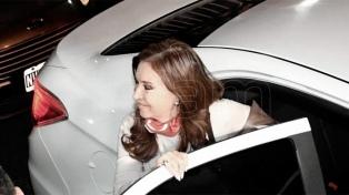 """Cristina Kirchner visitó un comedor en Quilmes y destacó la """"solidaridad"""" de las mujeres"""