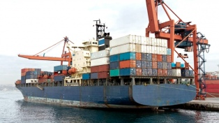 La balanza comercial tuvo en enero un superávit de US$ 372 millones por menores importaciones