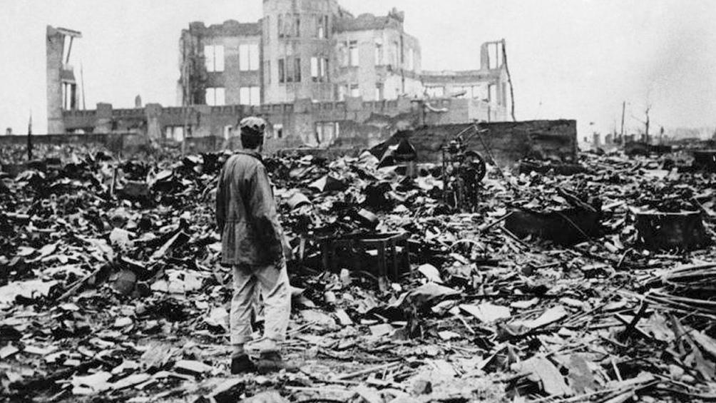Se calcula que en 1950 habían muerto 340.000 personas por las dos bombas atómicas, sobre todo por enfermedades causadas por la exposición a la radiación ionizante.