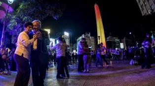 Un centenar de parejas bailaron en el Obelisco contra las clausuras de salones de tango y milonga