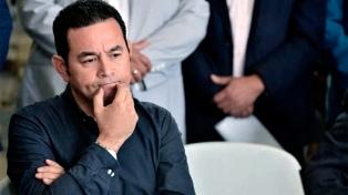 """Miles de guatemaltecos piden la renuncia de Jimmy Morales por """"ineptitud"""""""