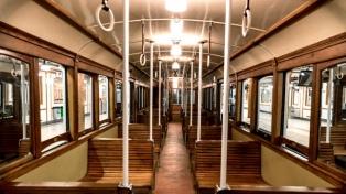 Los centenarios vagones de madera de la línea A vuelven a circular para un paseo