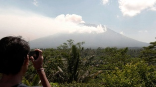 Ya son más de 134 mil los evacuados por el peligro de erupción del volcán Agung