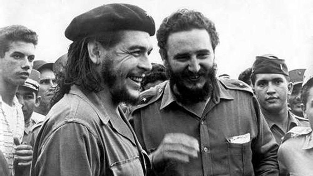"""""""El pino plantado -simboliza eternidad-por su porte y resistencia se conjuga con la talla del Che""""."""