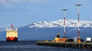 El Almirante Irízar zarpó de Ushuaia rumbo a la Antártida para realizar las pruebas de hielo
