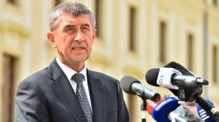 El premier checo enfrenta una moción de confianza ante el Parlamento