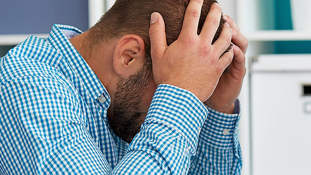 Un dolor de cabeza súbito, uno de los síntomas para estar alerta.