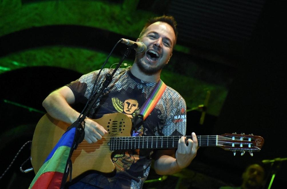Bruno Arias, nuevamente con su música y su canto.