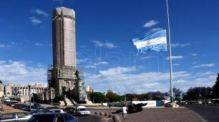 El Monumento a la Bandera, con la enseña a media asta por los fallecidos
