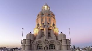 A la luz del farol, con música o poemas, el Palacio Barolo ilumina la Avenida de Mayo