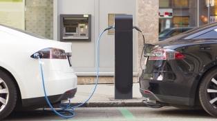 Reino Unido prohíbe a partir del 2030 los automóviles nuevos a nafta y gasoil