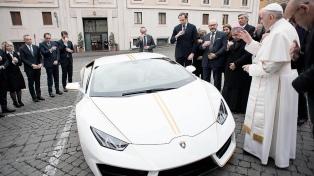 Regalaron al Papa un Lamborghini y lo subastará para obras de caridad