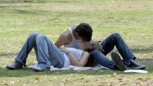 """El amor online: de buscar en la web """"cómo besar bien"""" hasta las app de citas"""