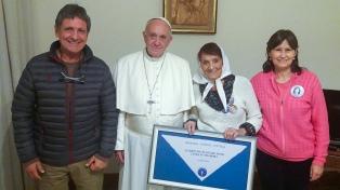 """Francisco recibió a """"Taty"""" Almeida en el Vaticano"""