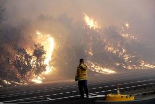 Contienen el 65% del incendio que causó 2 muertos y arrasó mil edificios