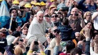 """El Vaticano advirtió que Francisco """"no manda bendiciones"""" por WhatsApp"""