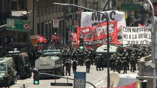 Procesaron a dos policías y a dos manifestantes por los incidentes frente al Congreso