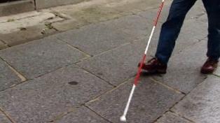 Reglamentan el uso del bastón rojo y blanco para las personas con sordoceguera