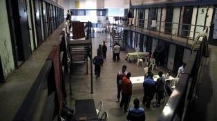 Internos de dos cárceles de La Plata hicieron facturas y abrigo para personas en situación de calle