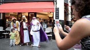 Los Reyes Magos recorrieron los bares emblemáticos de la Ciudad en una caravana solidaria