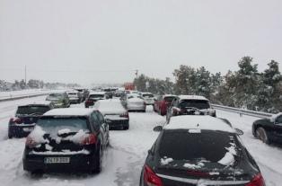 Cientos de vehículos bloqueados por la nieve en España