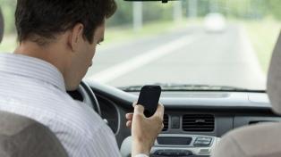 La mitad de los conductores admite usar celular, GPS y aplicaciones mientras maneja