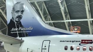 Llega el primer avión de Norwegian, con la imagen de Piazzolla en su ala de cola