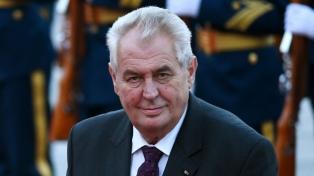 El euroescéptico Zeman y el europeísta Drahos definirán en balotaje la presidencia