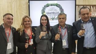 """El gobernador Cornejo presentó en la Fitur el """"prototipo del turismo del vino mendocino"""""""