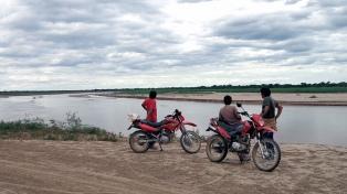 Evacúan a los pobladores de los parajes costeros por la crecida del Pilcomayo