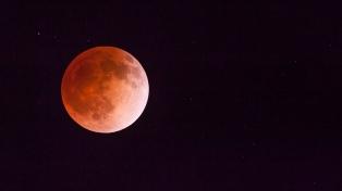 """La Luna """"celebra"""" los 50 años del Apolo 11 con un eclipse parcial"""