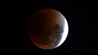 Descubrieron una enorme masa metálica enterrada en el lado oscuro de la Luna