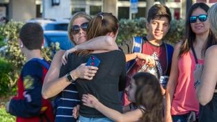 Alumnos y vecinos de Parkland reclamaron un mayor control de armas en una vigilia