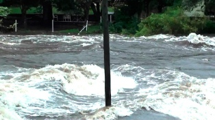 Alertan a vecinos y turistas por la crecida de los ríos serranos